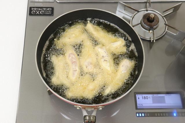 鶏肉を揚げる