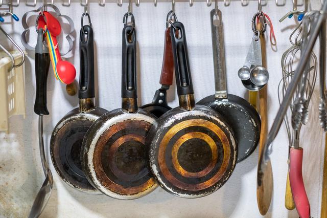 フックにかけられた調理道具