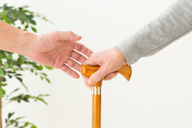 杖を持つ手