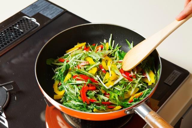 水菜とパプリカを炒める