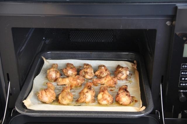 チキンをオーブンに並べる