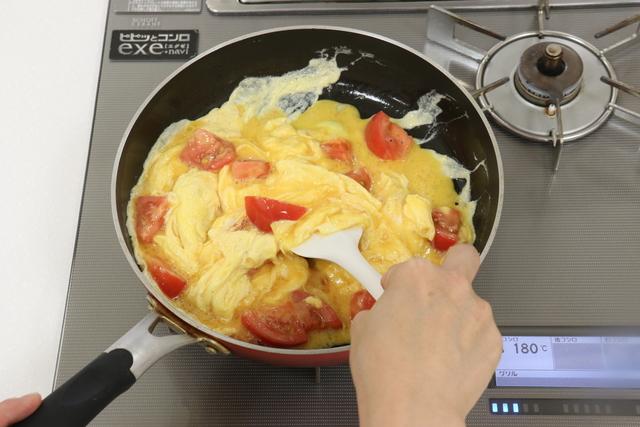 卵とトマトを炒める