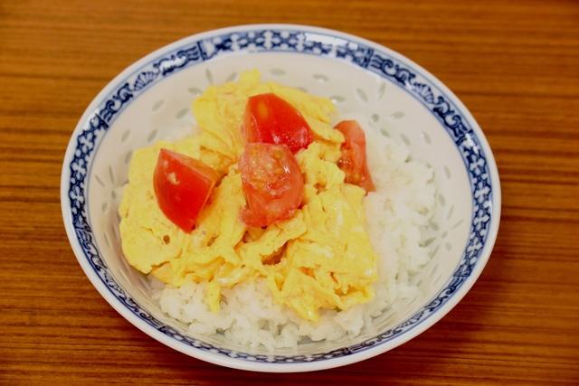 ご飯にのせた卵とトマト