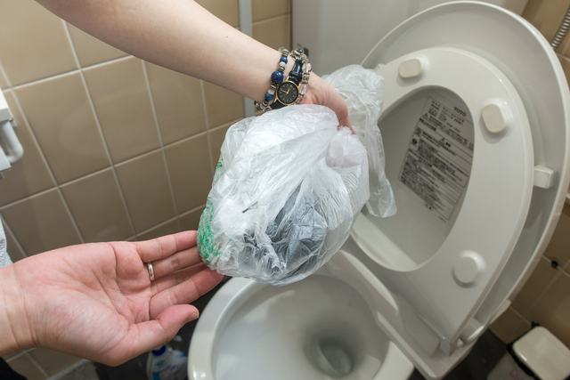 掃除に使用した靴下をビニール袋に入れる