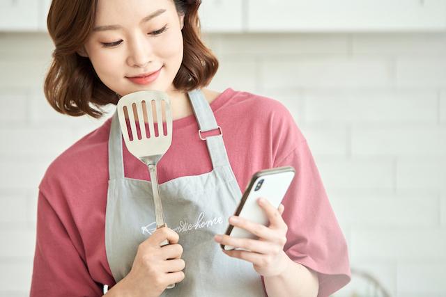 スマホでレシピを確認する女性