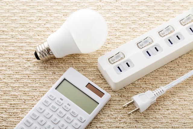 電卓、電球、電源タップ