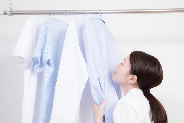 室内干しの洗濯物の匂いを確認