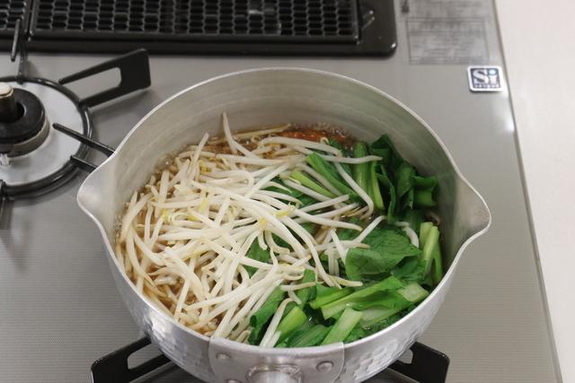 煮立たったらモヤシと小松菜をくわえる
