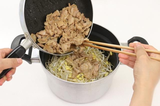 豚バラ肉と豆モヤシをあわせる
