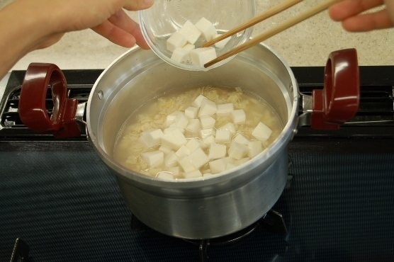 里イモを酢水にさらす