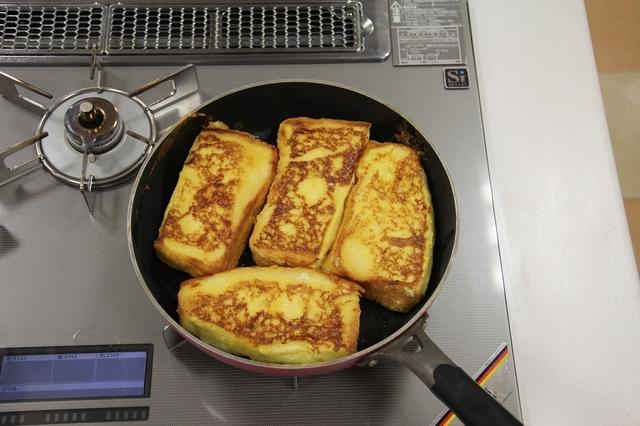 フライパンでフレンチトーストを焼く