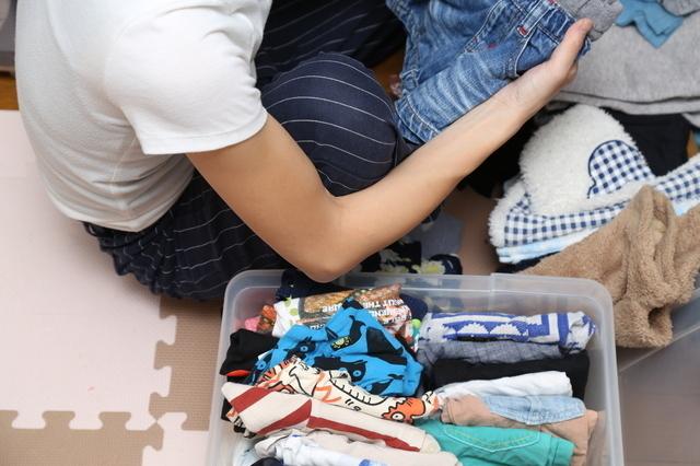 服を整理する