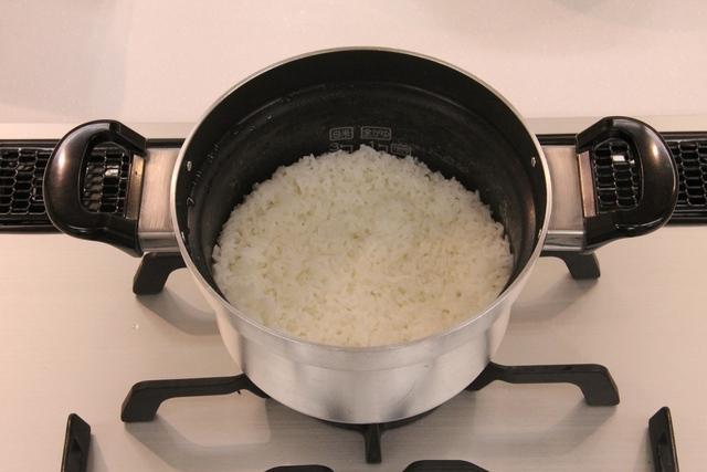 もち米を鍋で炊く