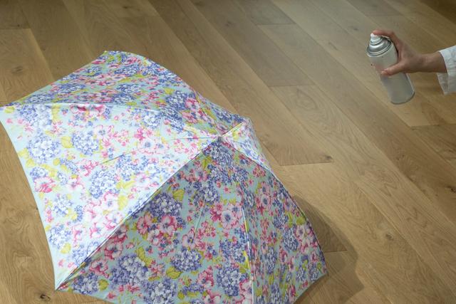 傘に防水スプレーを吹きかける