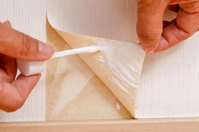 剥がれた壁紙の補修