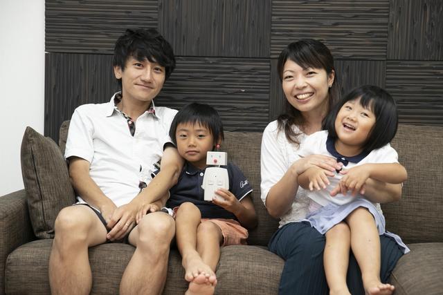 BOCCOと一緒に写真に写る家族