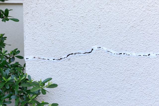 壁にヒビが入った家