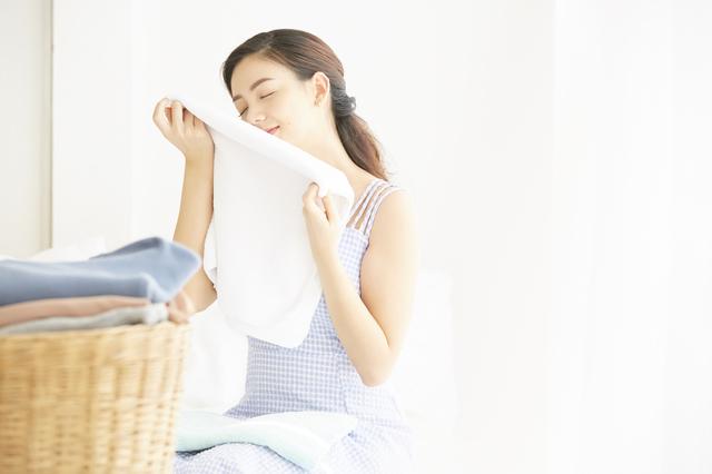タオルのにおいを確認する女性