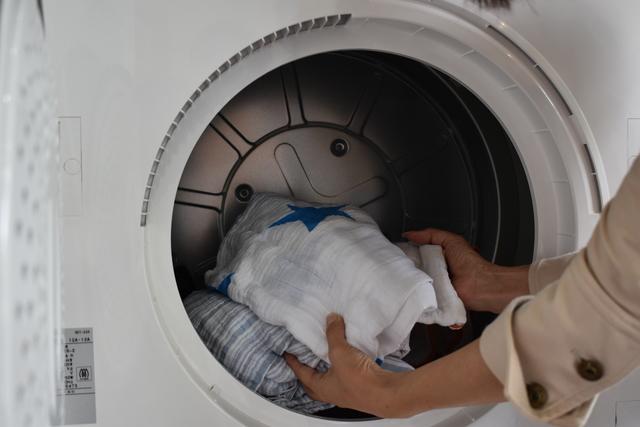 乾燥機に衣類を入れる