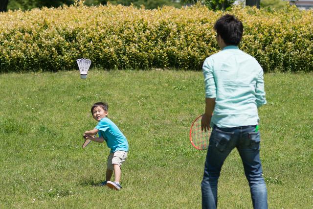 バドミントンで遊ぶ親子