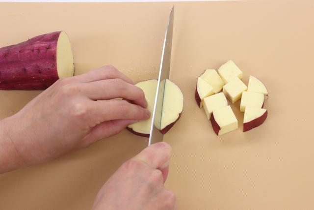 サツマイモを1.5cm角に切る