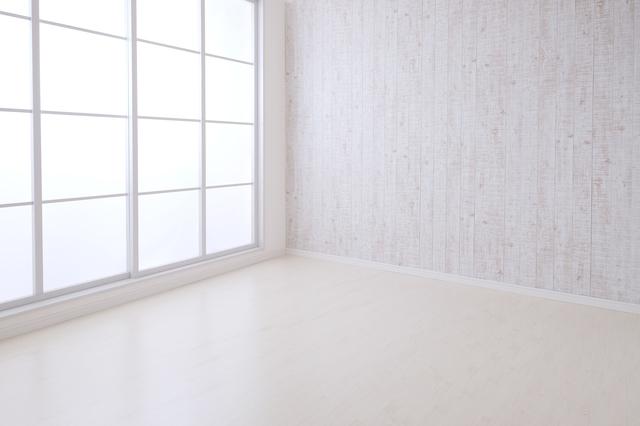 白い壁と大きな窓