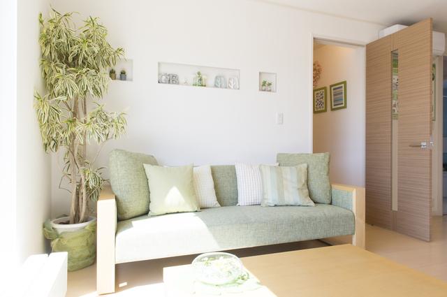 2色のソファとクッション