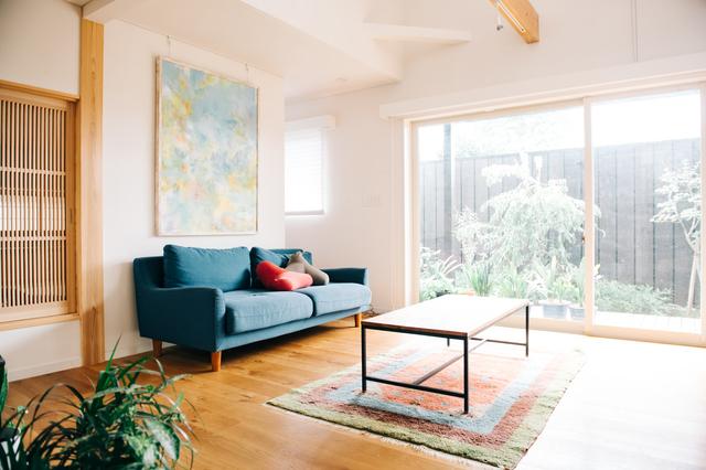 濃い色味のソファを置いた部屋