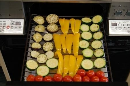 野菜をグリルに並べて焼く
