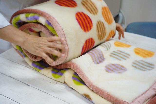 毛布を丸める