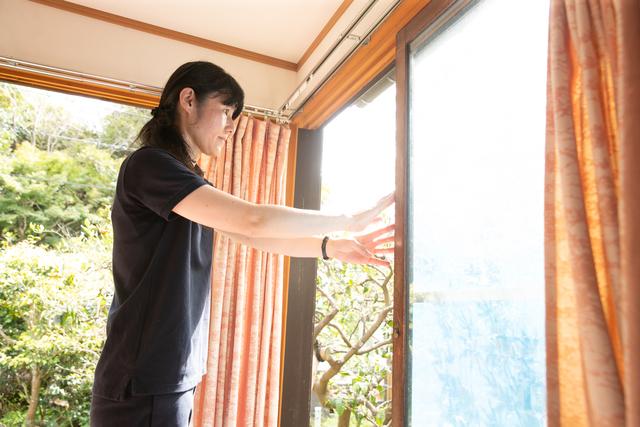 窓を開けて風を通す