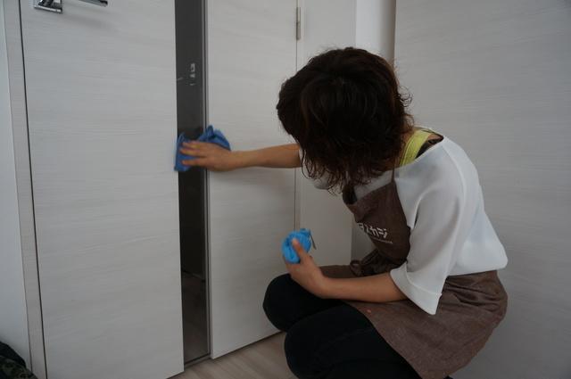 扉についた手の跡を拭き取る
