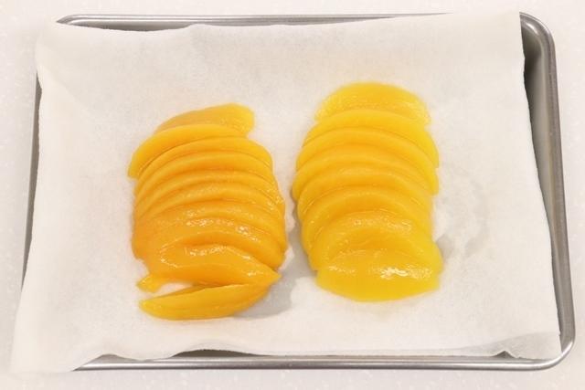 切った黄桃の水気を拭く