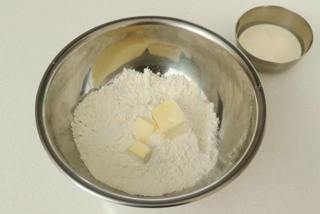 ボウルにホットケーキミックスとバターを入れる