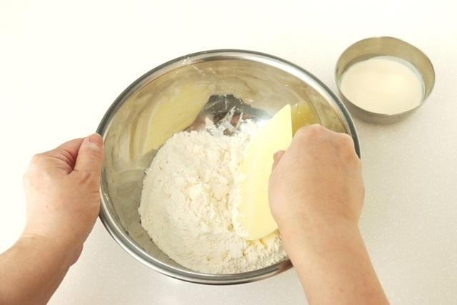 バターを細かくしながら混ぜる