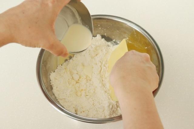 生クリームを加えて切るように混ぜる