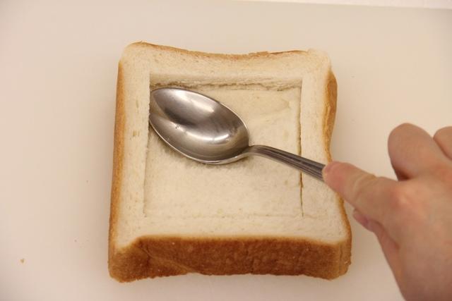 食パンに切り込みを入れて中をスプーンで押し込む