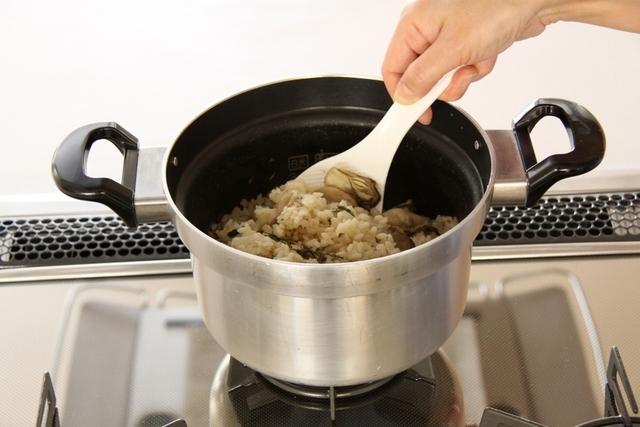 炊きあがったらカキを戻し入れて蒸らす