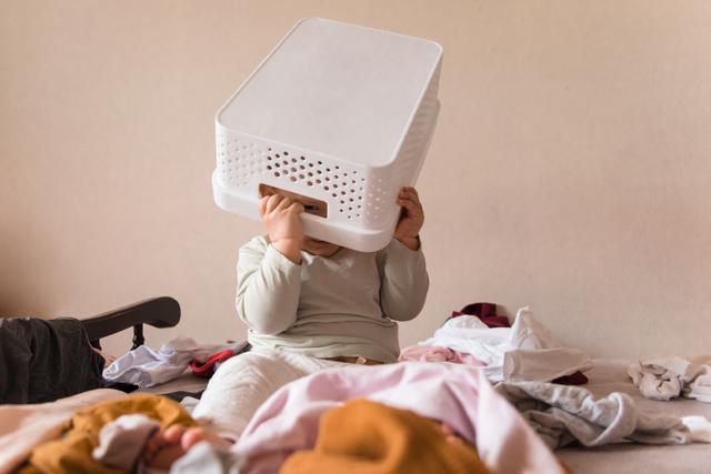 洗濯物を散らかす赤ちゃん