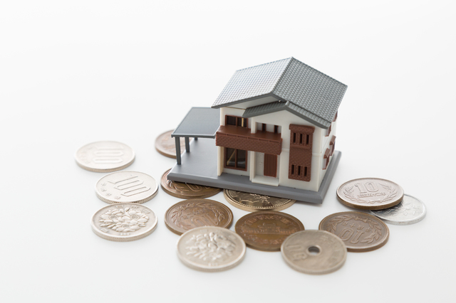 家の模型と小銭