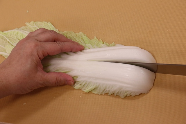 白菜の軸を切る