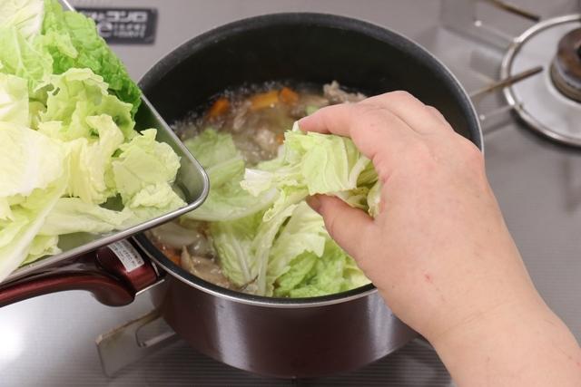 白菜の葉を加えてサッと煮る