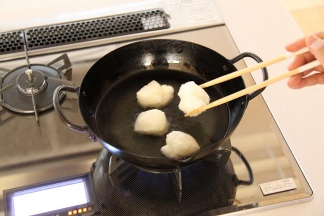 170℃で切り餅を揚げる