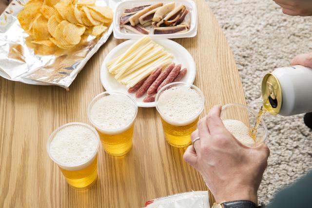 ホームパーティーでビールを注ぐ