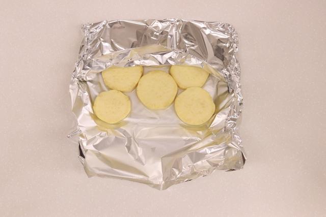 サツマイモをアルミホイルに並べる