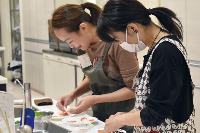 料理をお皿に盛り付ける参加者