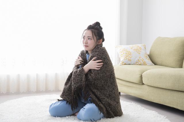 ショールを羽織る女性