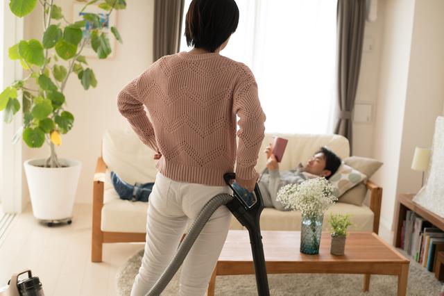 掃除機を持つ女性