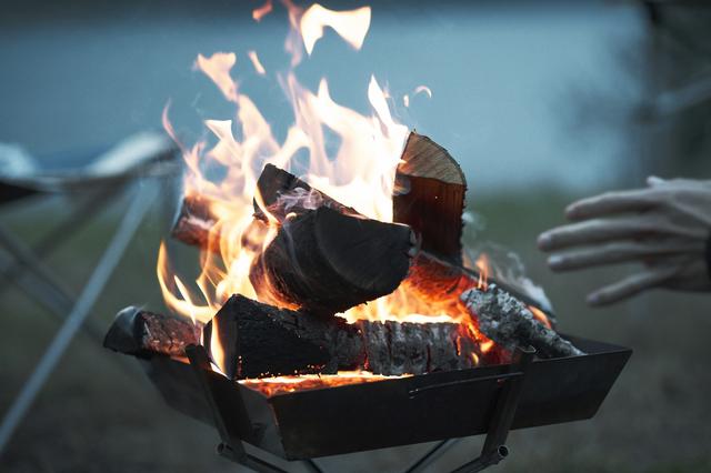 焚き火に当たる男性