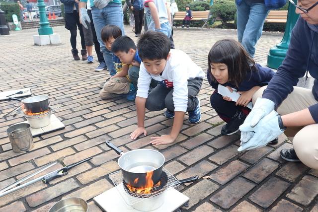 火おこし体験を楽しむ子ども